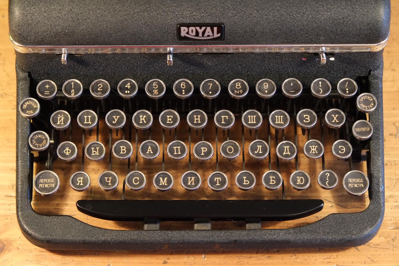 Пишущая печатная машинка Royal Quiet Deluxe