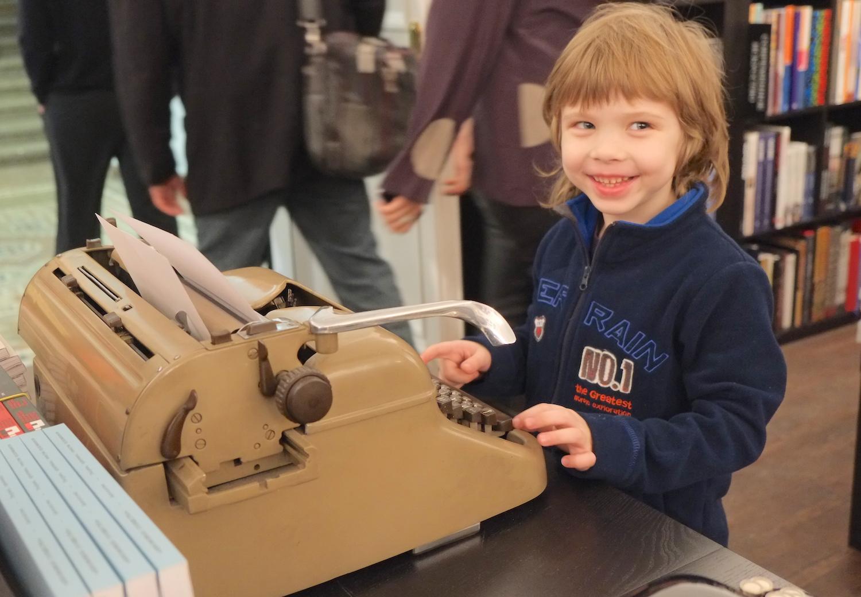 Мальчик увидел пишущую машинку